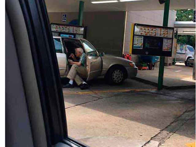 Мужчина увидел пожилую пару, которая делала это на территории парковки. Он мгновенно хватает свой телефон и фотографирует этот момент!