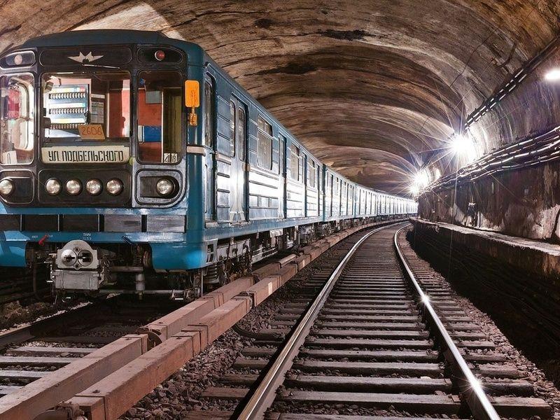 Отличный способ освободить себе проход в метро!