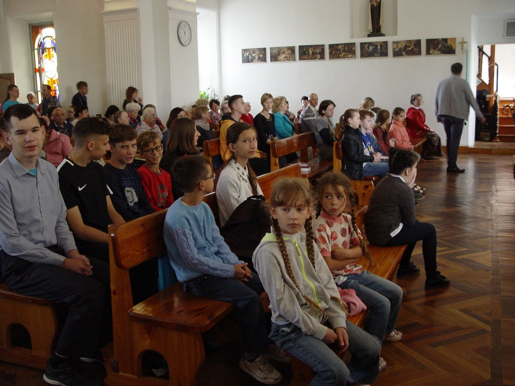 Маленькому мальчику стало плохо в церкви, но то, что он делает дальше – шокирует вас!