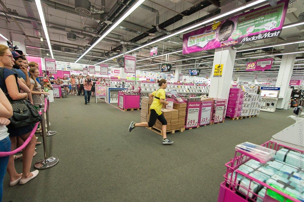 Три женщины пытаются ограбить супермаркет, но все оборачивается против них!