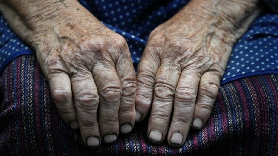 Странный мужчина подошел к крыльцу и сел на качели рядом с этой пожилой женщиной. Но она не ожидала такого!