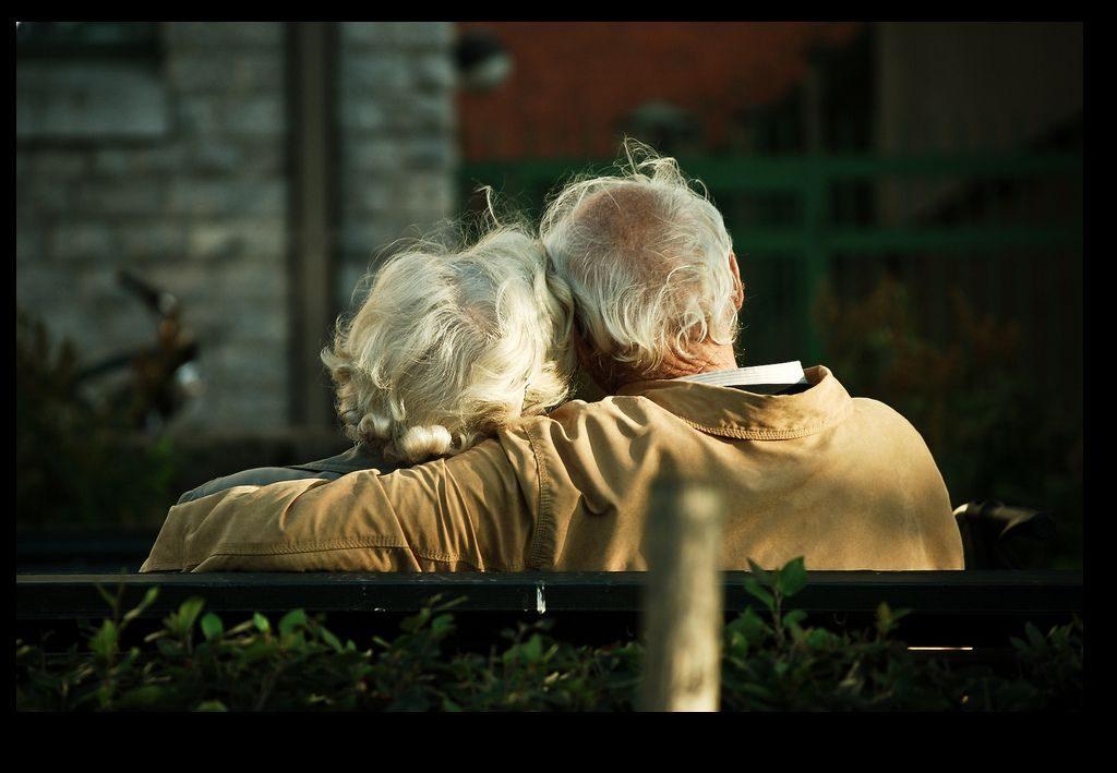 Пожилые супруги всю жизнь играли в эту таинственную игру — смысл такой трогательный!