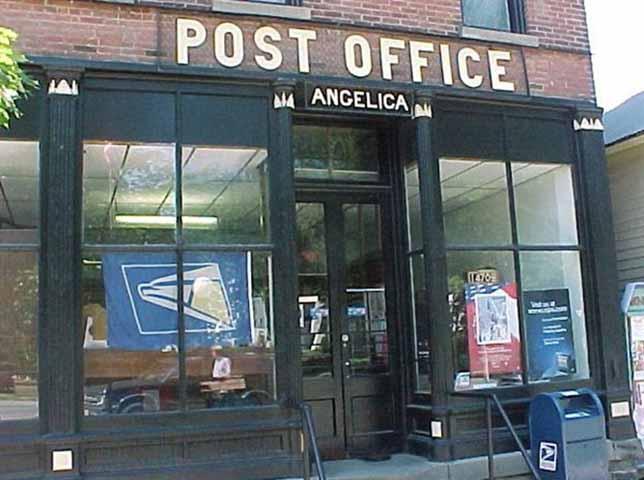 Этот мужчина спросил у мальчика, где находится почта. Но его реакция – истерика!