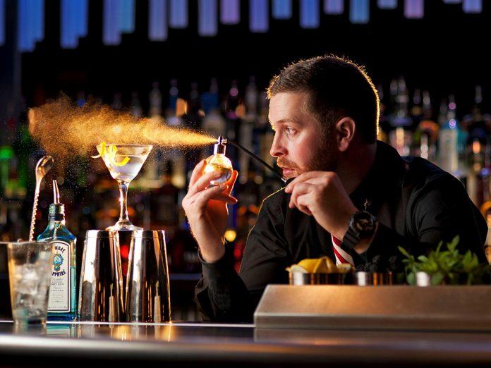 Он не мог поверить, насколько дешевый этот бар. Но когда он узнал причину, то был шокирован!