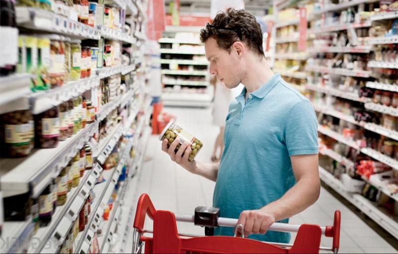 Мужчина заходит в супермаркет с расстегнутой ширинкой. Это весело!