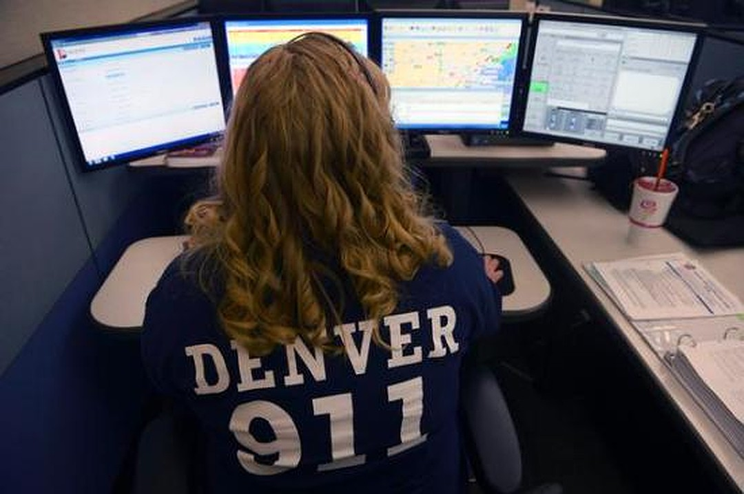 Диспетчер 911 получает самый неожиданный звонок от своего бойфренда. Это просто потрясающе!