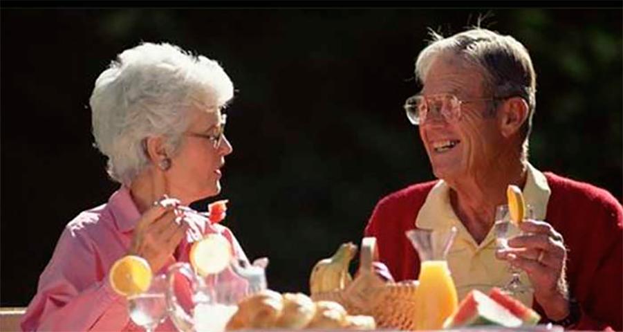 Эта пара вспомнила первый раз, когда они завтракали вместе. Но ответ мужа – уморительно!