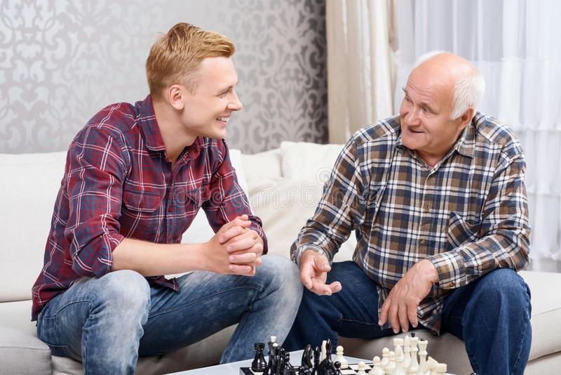 Он продолжал ворчать на своего дедушку из-за грязных тарелок. Ответ старика – золото!