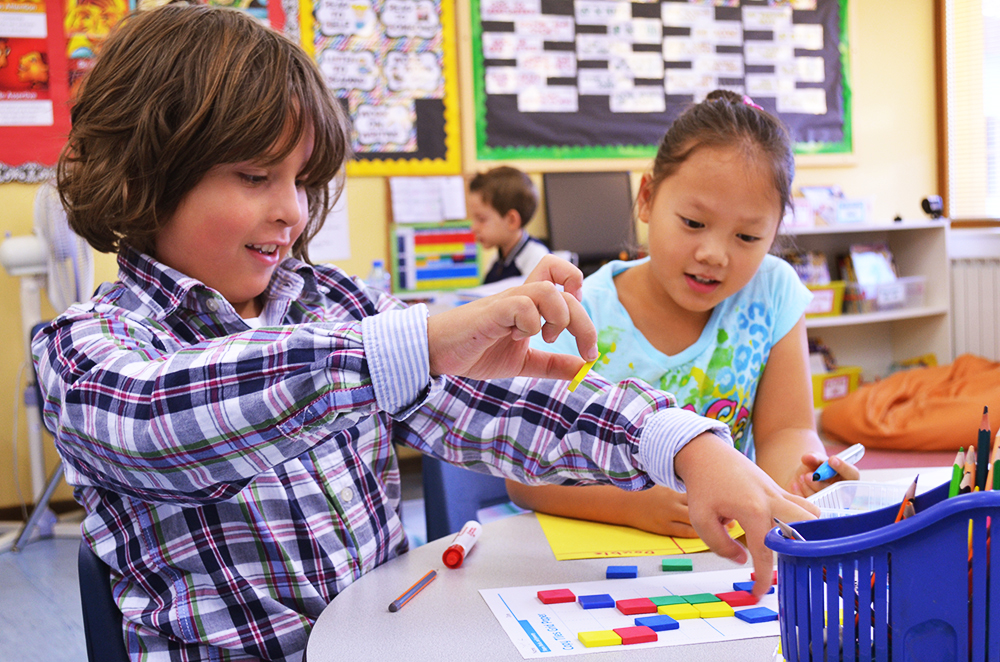 Учительница спрашивает свою ученицу, почему она не американка, ее ответ – потрясающе!