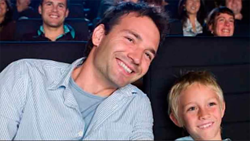 Эти девочки-подростки вели себя неприлично в кинотеатре. Но реакция этого маленького мальчика – прекрасна!