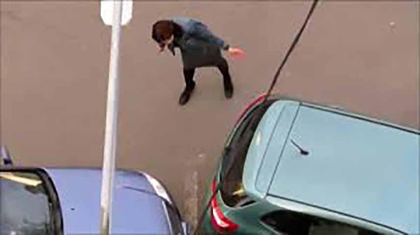 Женщина шокирована, когда он занял парковочное место, которое она ожидала. Но ее ответ – так весело!