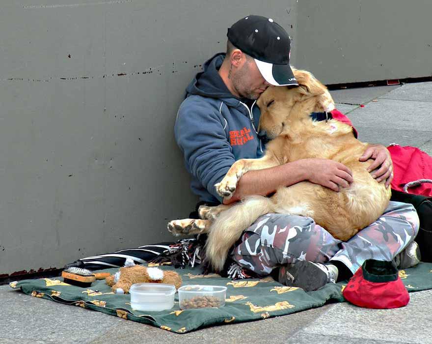 Этот парень заметил бездомного с собакой, который просил милостыню. То, что он сделал для него – невероятно!