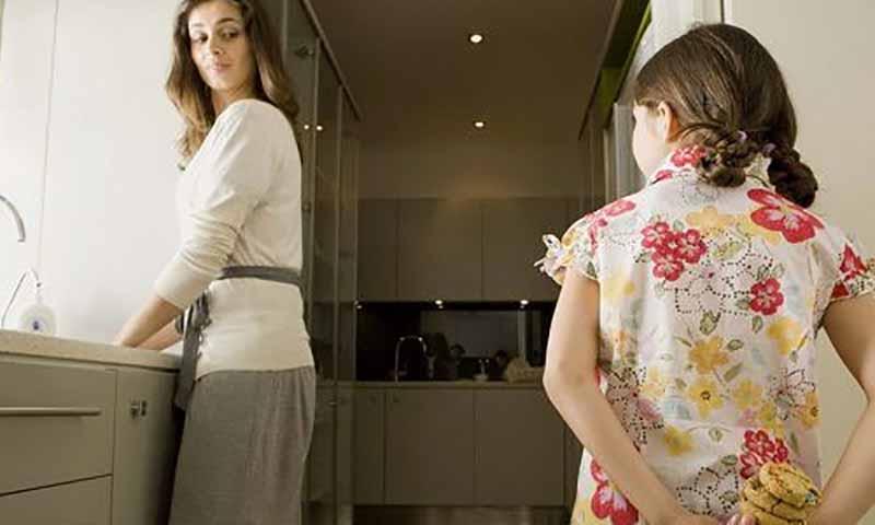 Он заметил, что его дочь крадет еду из шкафа. Но причина, почему она это делала – печально!