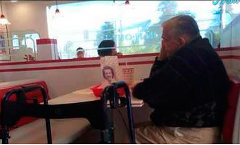 Он заметил, что этот человек смотрит на фотографию женщины. Но он никогда не ожидал, что он скажет это!