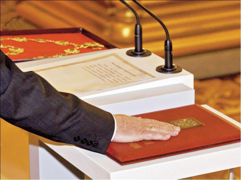 То, на какой книге Ельцин принял присягу, нужно прочесть! Это уморительно!