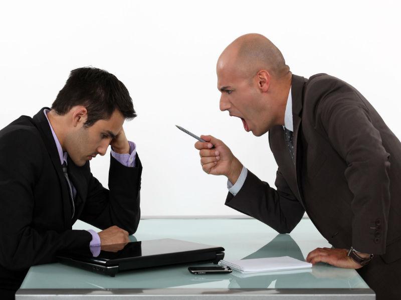 Выстояла атаку своего начальника и поднялась в его глазах!