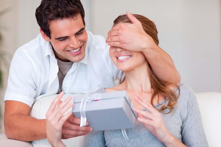 Мужчина решает преподнести жене особый подарок на день рождения, но ее реакция — самый большой сюрприз!