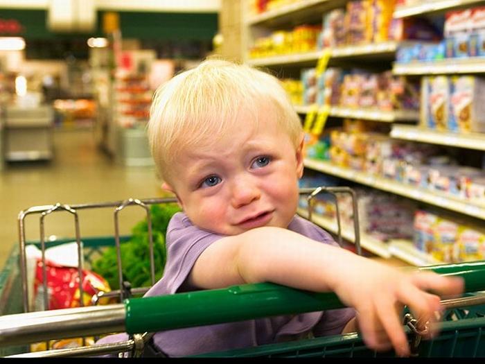 Ребенок этой женщины раздражал всех в продуктовом магазине. То, что делает эта девушка – невероятно!