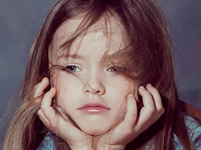 Маленькая девочка предупредила папу о том, чтобы он не надевал смокинг, но причина заставит вас смеяться!