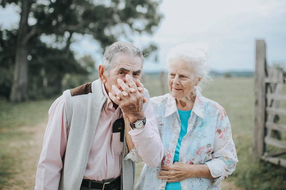 Старик потерял свою жену возле больницы. Описание его жены оставило этого офицера оглушенным!