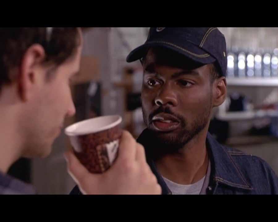 Мужчина-расист оскорбляет единственного черного человека в баре. Но последующее бесценно!