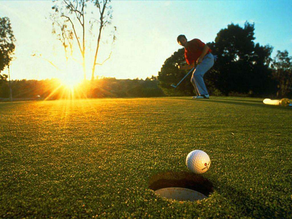 Игрок в гольф внезапно перестает играть и проявляет уважение к проходящей мимо похоронной процессии, но причина этого – невероятно!