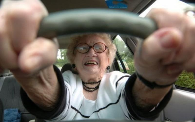 Полицейский останавливает пожилую пару, но то, что они отвечают на его вопрос – безумие!