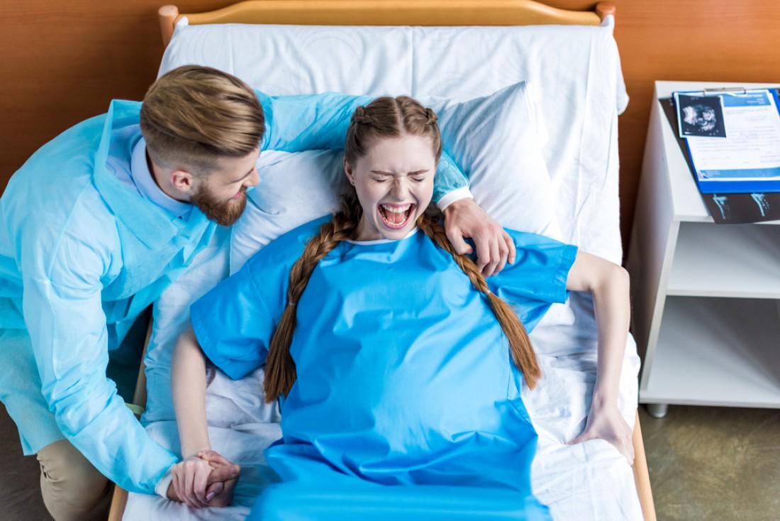 Доктор придумал способ переложить боль при родах на отца ребенка, но то, что происходит дальше – невероятно!