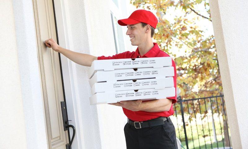 Он привез пиццу бедному мужчине с четырьмя детьми. Но шокирует то, что он увидел через окно!