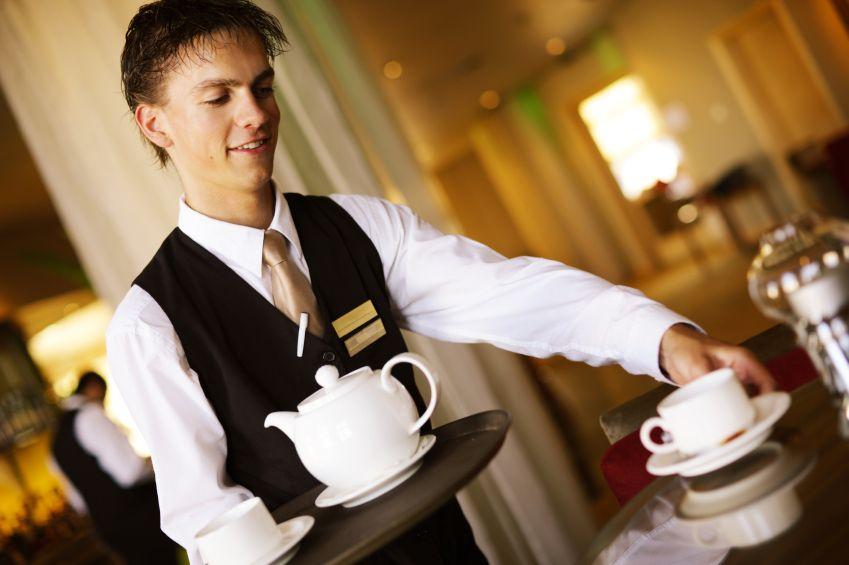 Подростки специально подтрунивали над официантом и пытались запугать его. Но ответ этого клиента – золото!