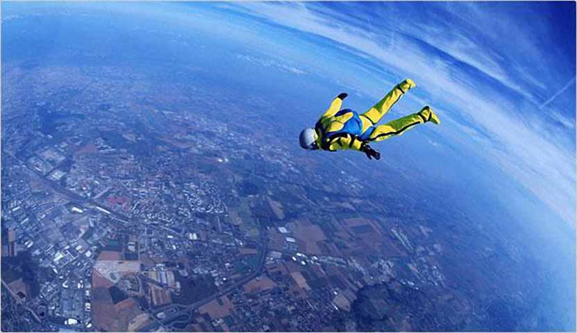 Три человека во время авиакатастрофы сражаются за парашют. Но результат – головокружительный!