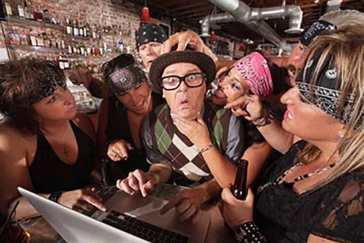 Ковбой решил рассказать шутку про блондинок в баре, в котором было полно девушек. Тогда происходит это!