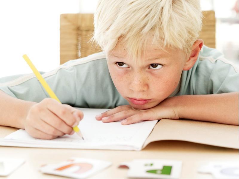 Мама была шокирована, когда услышала, как ее малеький сын учит уроки!