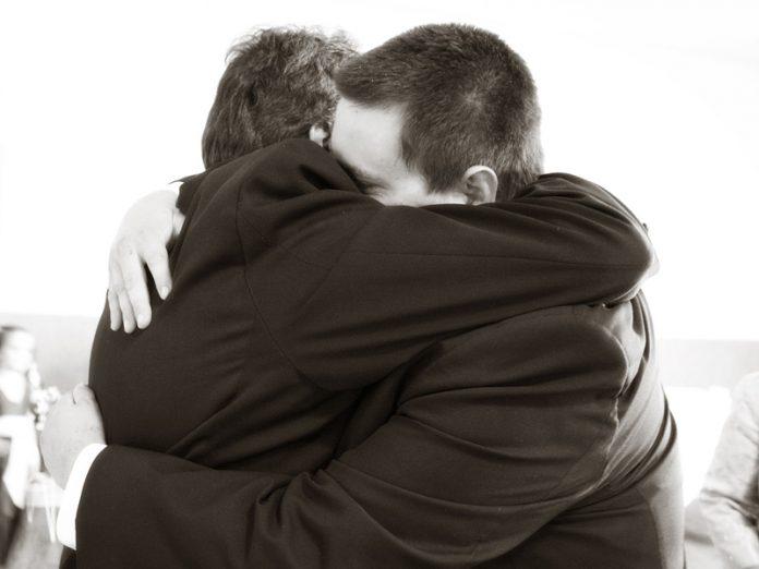 У молодого человека был невыносимый характер, поэтому отец он преподал ему...