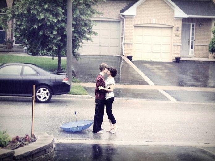 Девушка думала, что парень возле ее дома влюбился, но правда была...