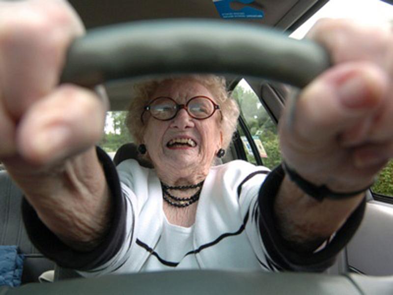 Соседу на лужайку въехала пожилая леди. Только послушай их разговор!