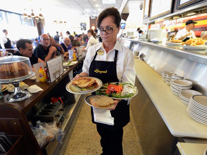 Эта мама привела в пример дочке официантку из кафе. Ответ официантки грубой матери – это нечто!