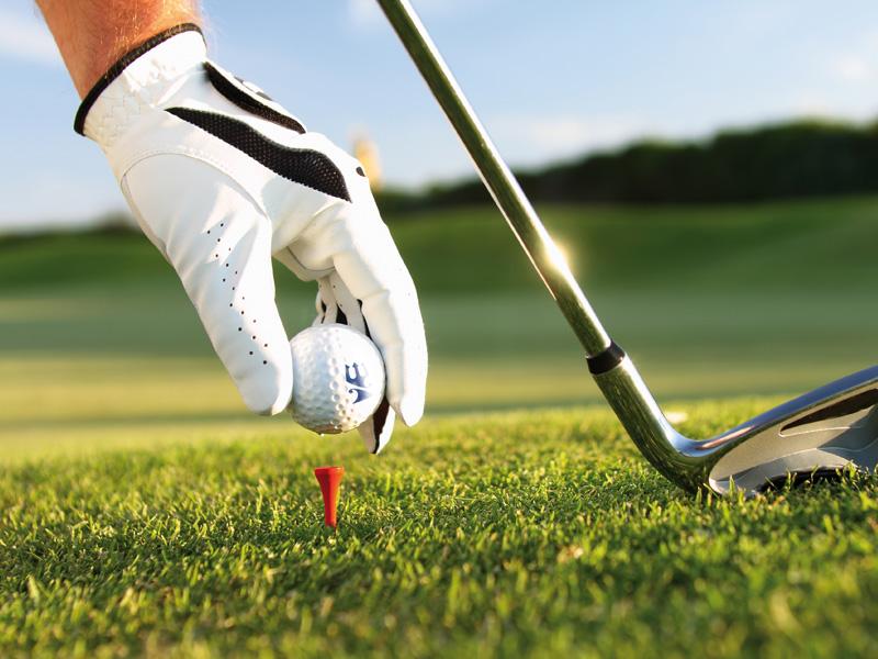 Мужчина заблудился на поле для гольфа. Помощь женщины была забавной!
