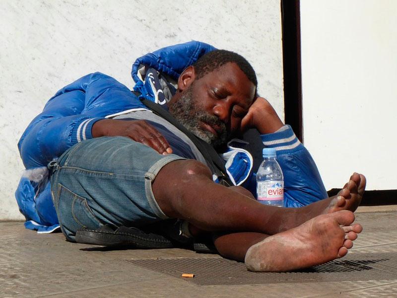 Он угрожал бездомному, что не даст ему еды, если тот не ответит на вопрос…