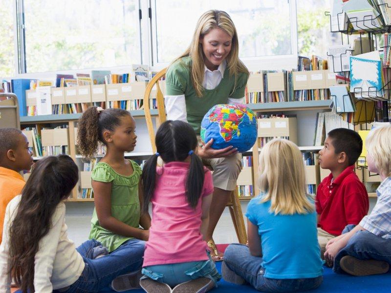 Учитель не мог перестать смеяться, когда маленькая девочка делала это перед классом!