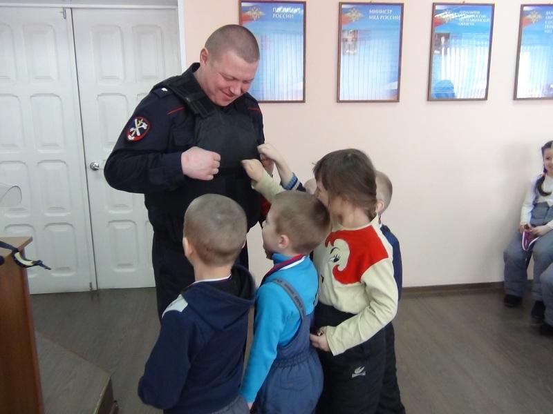 Детишки из детского сада задавали вопросы в полицейском участке, но последний вопрос – это нечто!
