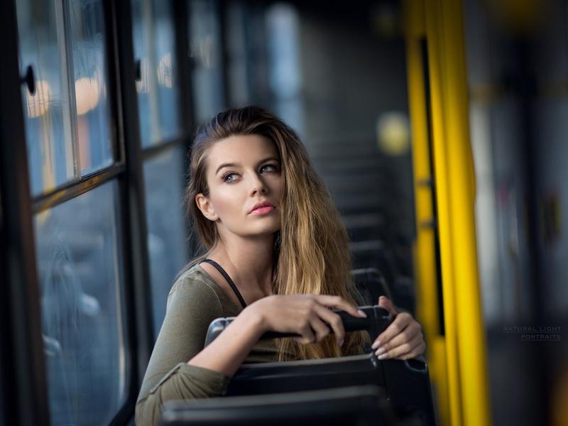 У нее были проблемы с посадкой в автобус, но она была шокирована, когда мужчина позади нее сделал это!