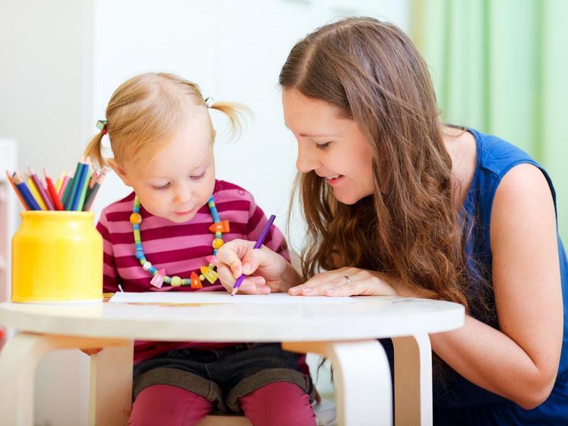 Воспитательница в детском саду помогала обуться девочке. История тебя точно развеселит!