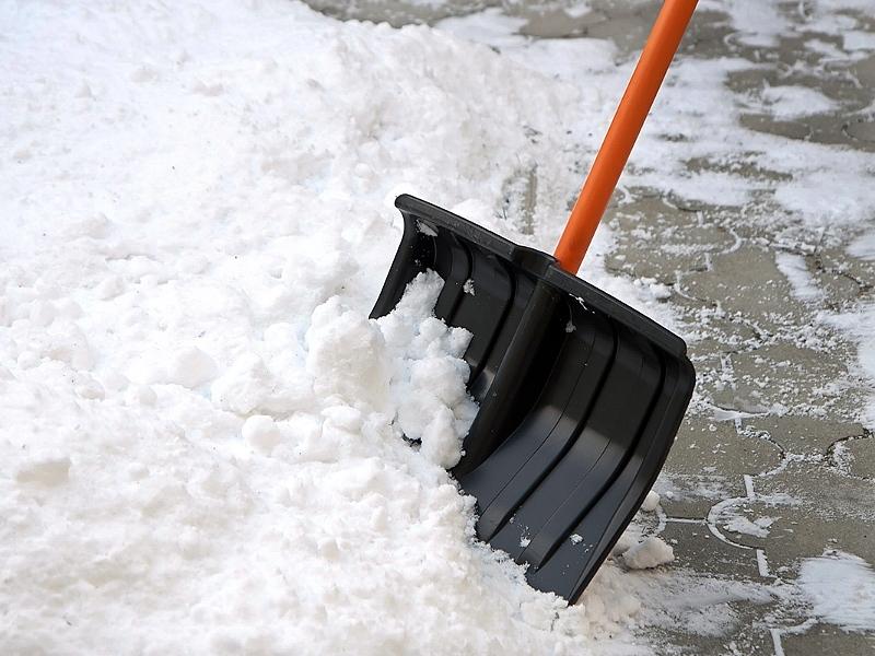 Мужчине нужно было расчистить дорогу от снега, чтобы отвезти жену к врачу. Он был потрясен, когда вышел из дома!