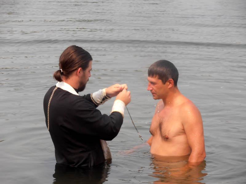 Проповедник пытается покрестить пьяного в реке, но реакция человека тебе понравится!