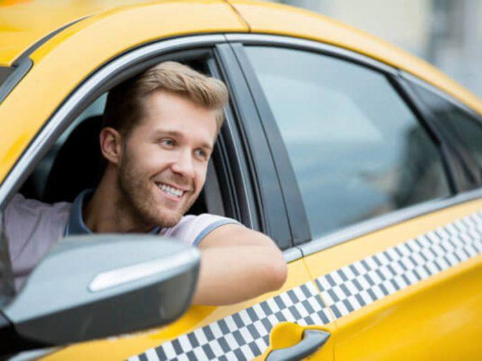 Муж смотрит как таксист жену