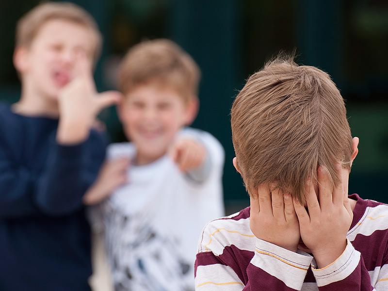 Весь класс игнорировал этого мальчика, пока его сестра не взялась помогать!