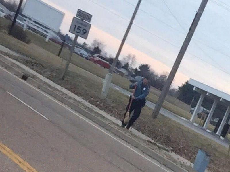 Женщина переживала за старушку у дороги. Затем она видит две полицейские машины рядом!