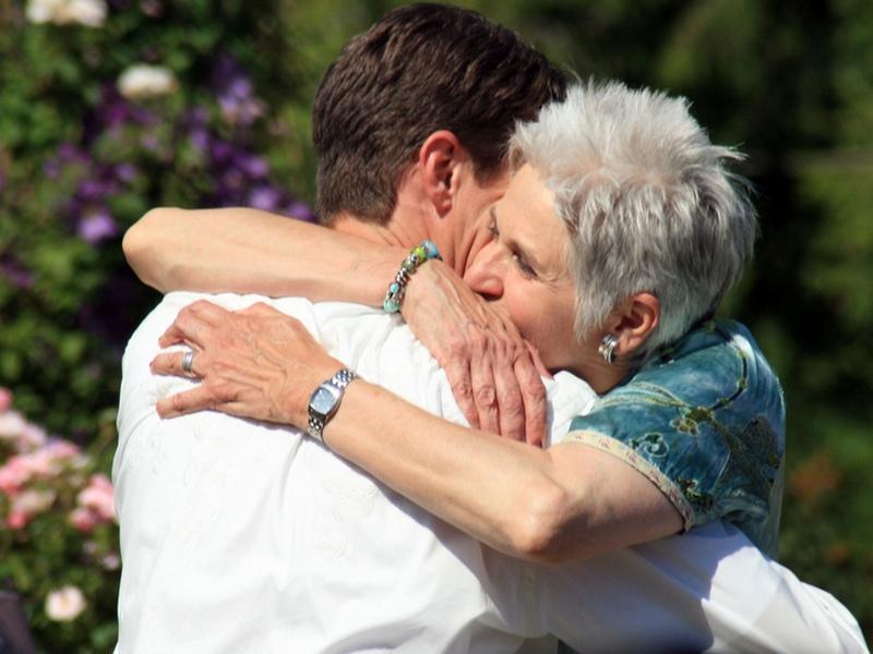 Его жена заставила встретиться и провести время с мамой. Это были бесценные минуты…