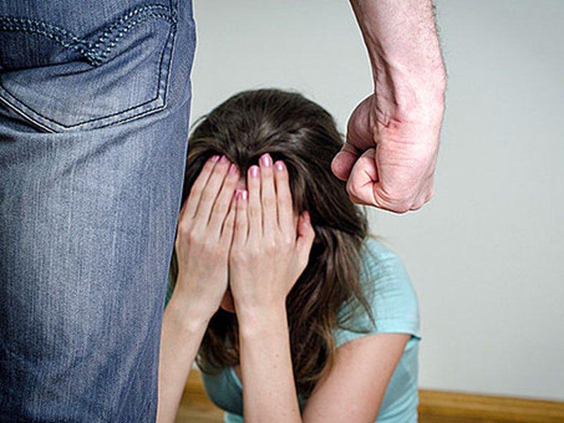 Отчим ударил его сестру, а мама после этого заставляла их извиняться перед ним…